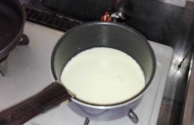 鍋で豆乳を温めている